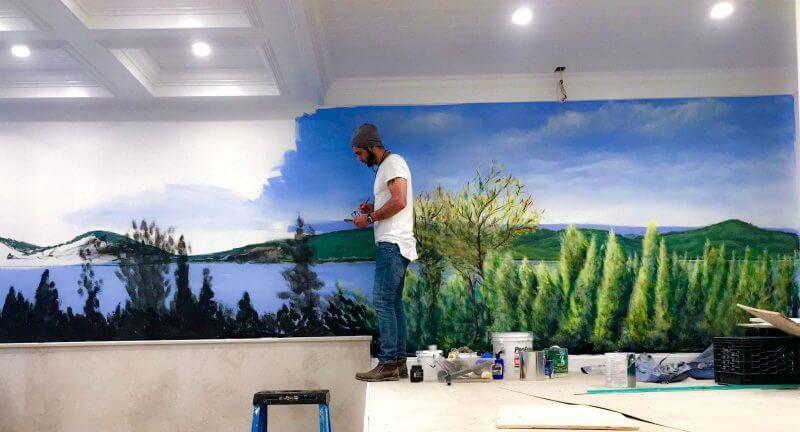 ציור על קיר בסלון בבית פרטי