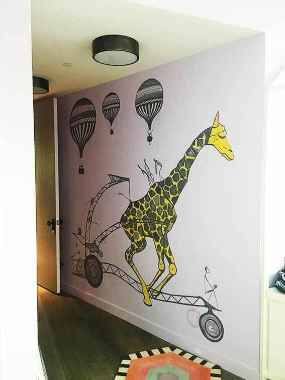 איור בחדר ילדים ג׳ירפה בעיצוב מודרני