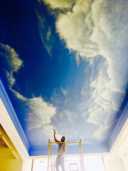 ציור על תקרה של שמיים ועננים