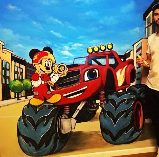 ציור על קיר בחדר ילדים של מיקי מאוס ובלייז