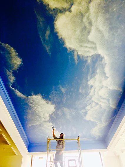 על תקרה עם שימוש בפיגום