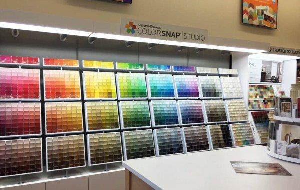 מבחר צבעים בחנות