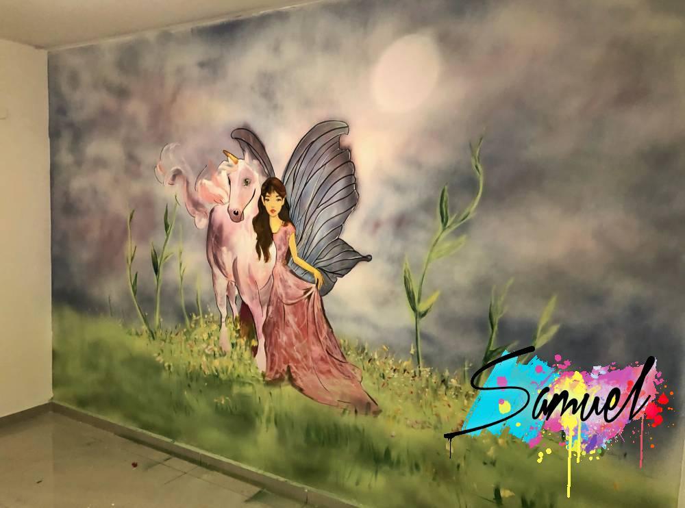 פיה וחד קרן על קיר בחדר של ילדה