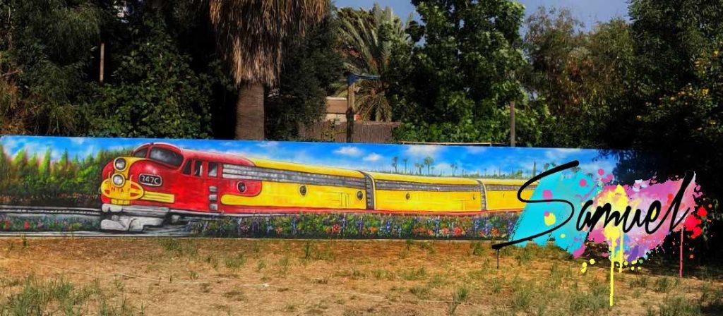 ציור של רכבת על חומה