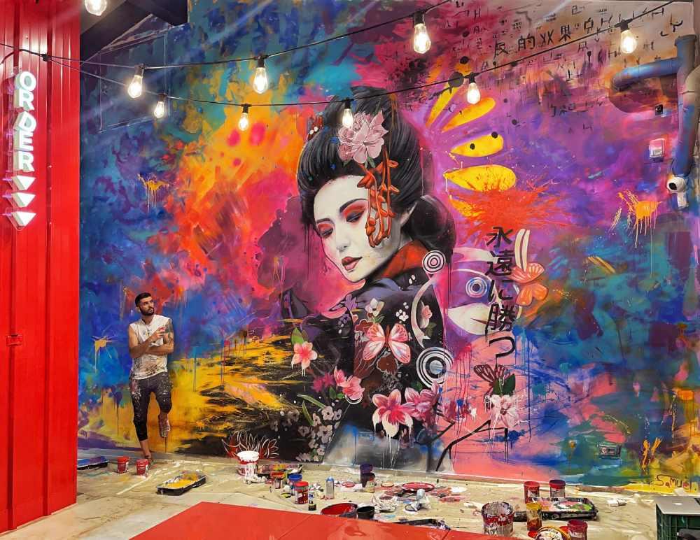 ציור קיר גרפיטי במסעדת סושי